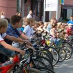 Młodzi rowerzyści